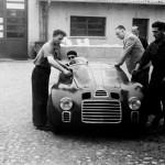 Enzo Ferrari with the 125 S in the courtyard of Fabbrica. At the wheel is Ferdinando Nando Righetti © Museo Ferrari